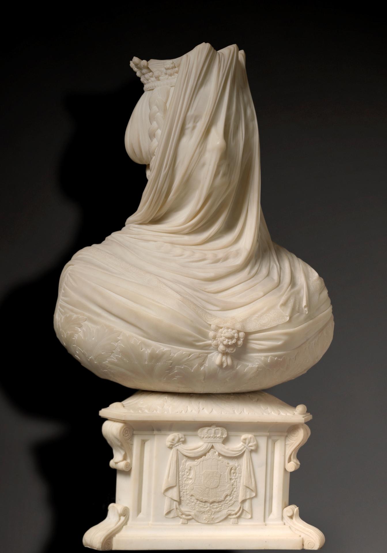 Isabel II, veiled